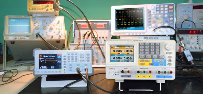 Fuente de alimentación programable para laboratorios